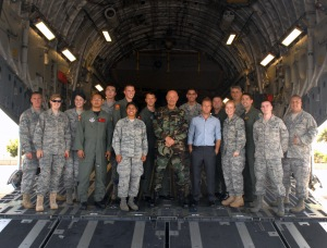 Terry O'Quinn, Scott Caan and members of the Air Force, photo: Staff. Sgt. Carolyn Herrick